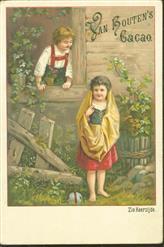 Jongentje en meisle bij schuur met bal  - Little boy and girl at barn with ball
